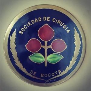 Escudo de la Sociedad de Cirugía de Bogotá (1983). Imagen tomada de la cuenta oficial de Instagram de la Fundación Universitaria de Ciencias de la Salud.