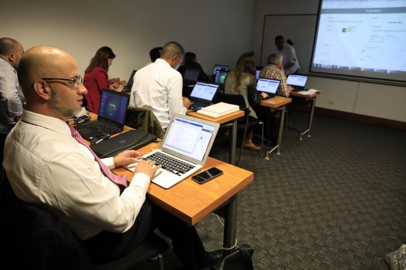 En la imagen: docentes externadistas asisten al microtaller de Kahoot, herramienta 'online' para diseñar juegos como recursos educativos. Imagen cortesía de la Oficina de Comunicaciones.