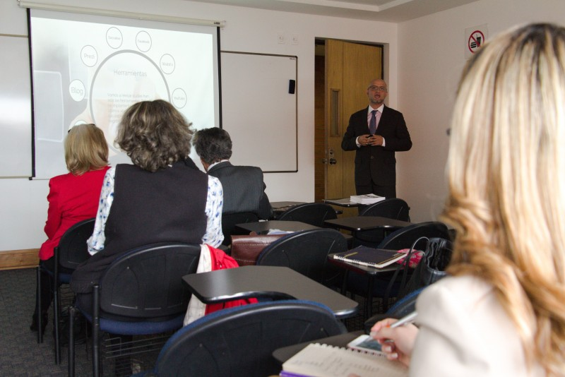 Luis Fernando Sabogal (imagen), docente de la Facultad de Derecho, comparte su experiencia de implementación de tecnología a un grupo de docentes externadistas. Archivo particular.